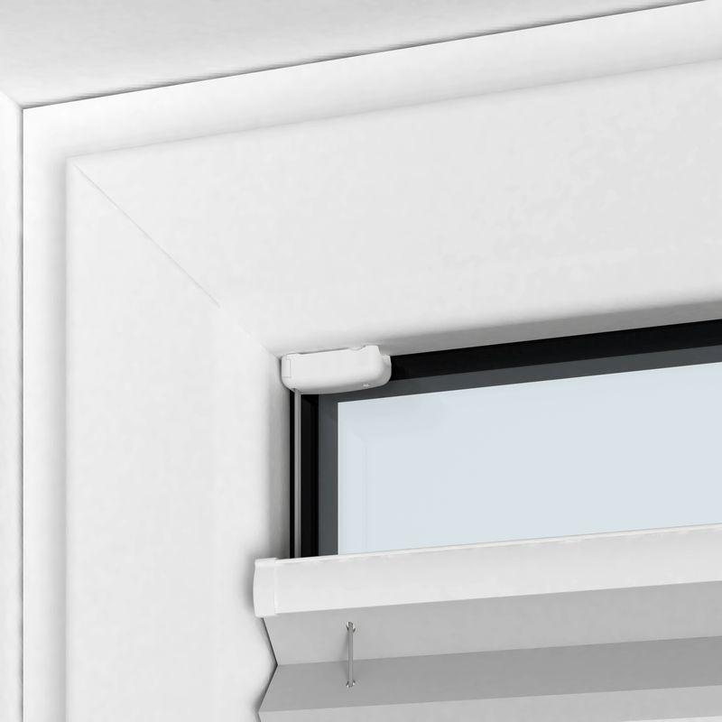 Plissee nach Maß mit Schrauben vor der Fensterscheibe befestigt